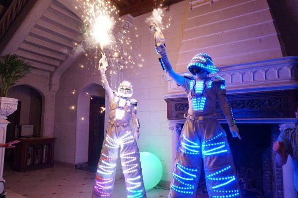 concept personeelsfeest, futuristische robots dansen